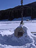 Pamiątkowy krzyż w miejscu wylądowania śmigłowca papieskego autor: Alina Sidor  z dnia  2005